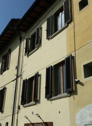 Nuovi infissi agli edifici pubblici di Piazza Vittorio Emanuele II
